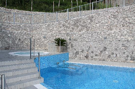 Acetaia del Balsamico Trentino Bed & Breakfast: Altra vista delle piscine