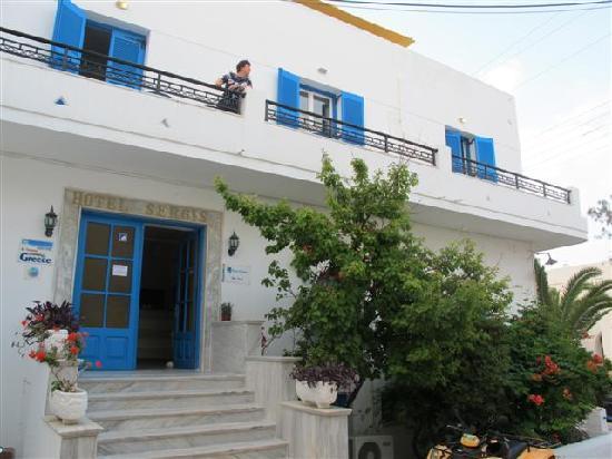 Sergis Hotel: Von der Strassenseite