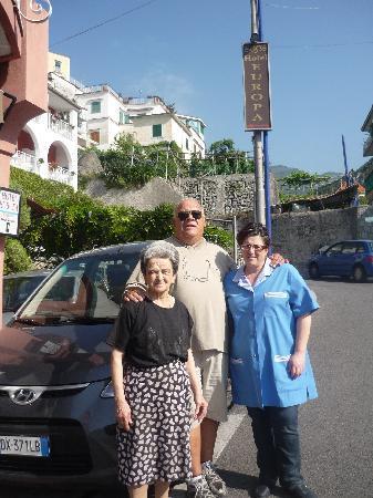 """Hotel Europa: Con María y la """"mama"""" en la puerta del Hotel"""