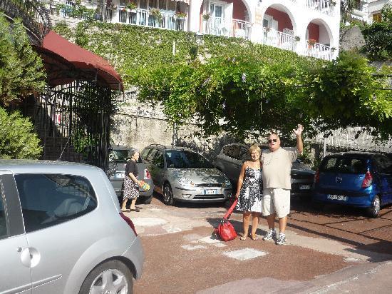 Hotel Europa: Nosotros en la puerta del Hotel y estcionamiento