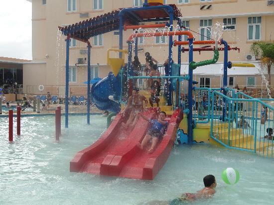 Courtyard Aguadilla: Mis hijos gozando
