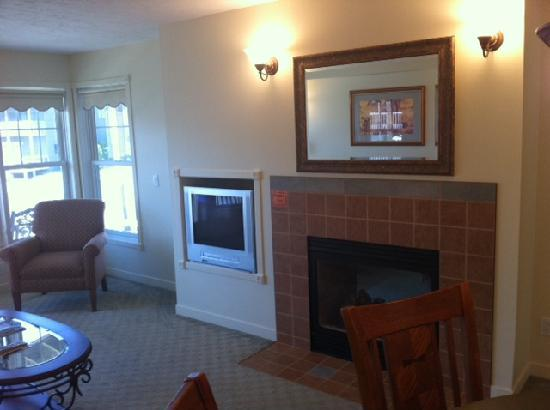 Harbor Lights Resort: Living Room of the Luxury Suite with Fireplace