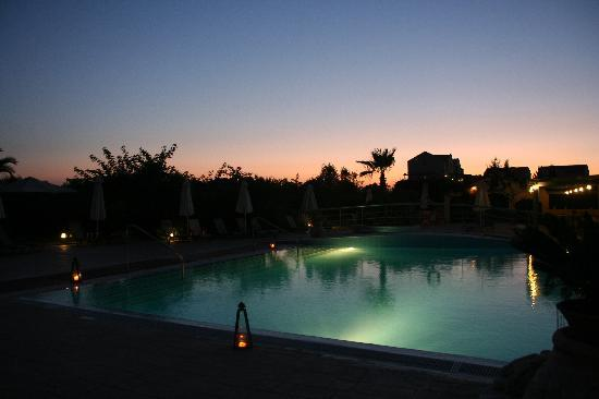 Avithos Resort: Pool at night