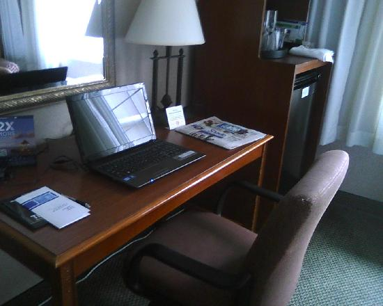 Holiday Inn Express Poughkeepsie: A nice desk to work at.