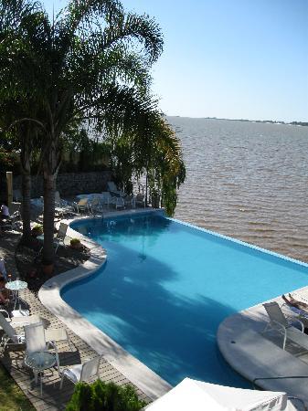 Radisson Colonia del Sacramento Hotel: piscina con escalera para llegar desde la terraza