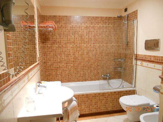 Michelangelo Hotel: Baño