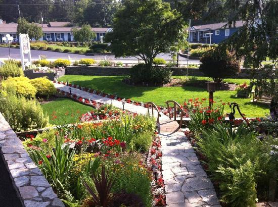 Azalea Garden Inn: The Azalea's landscaping
