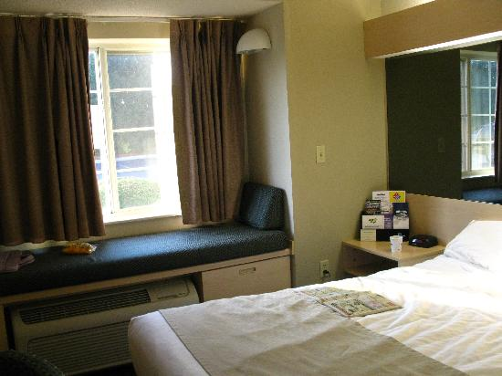 Microtel Inn & Suites by Wyndham Burlington: room view 2