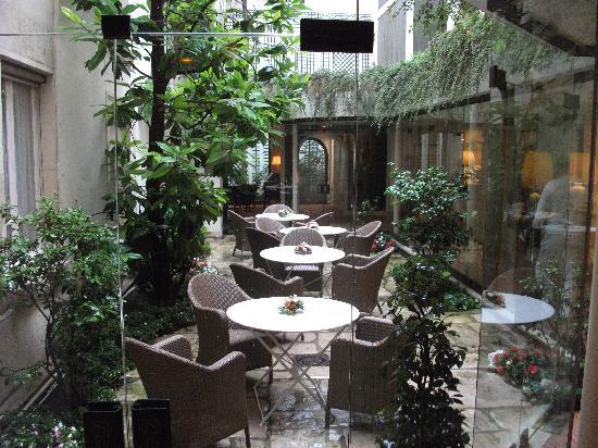 Hotel des Saints-Peres: Jardin/Terrasse magnifique.