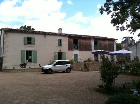Maison Flore: coté couple et terrasse pour le petit déjeuner
