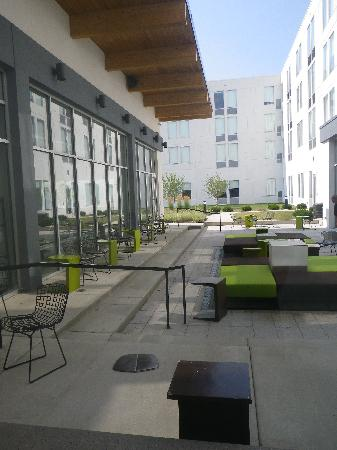 aloft Bolingbrook: Courtyard