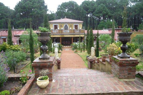 Villa Toscana Boutique Hotel: Los jardines y la casa principal