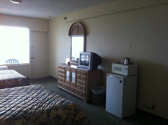 Super 8 Daytona Beach Oceanfront: View to right from sitting table