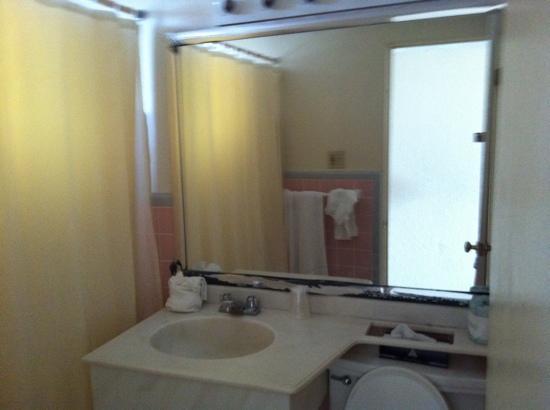 Super 8 Daytona Beach Oceanfront: Bathroom