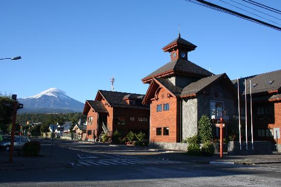 Hosteria Tricahue: Calle de Pucon y Vista del Volcan Villarrica