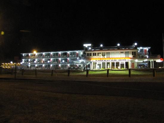 American Inn Motel: View from the beach at night