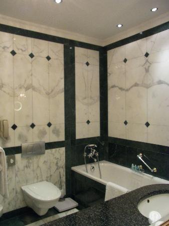 Hotel Imperial Vienna : バスタブ付きの大理石のバスルーム
