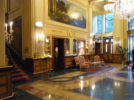 Hotel Imperial Vienna: レセプションとレストランにつながる通路