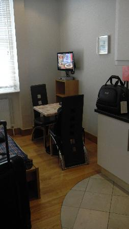 Hyde Park Suites Serviced Apartments: Table with 2 chair & TV