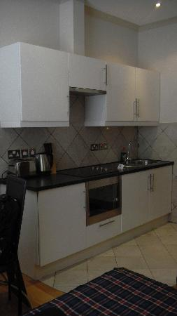 Hyde Park Suites Serviced Apartments: Kitchenette and bathroom door