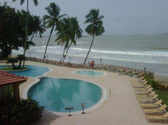 Cidade de Goa: Sea facing area and pool