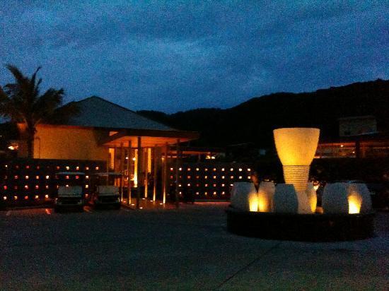 Metadee Resort and Villas: entrance @ night