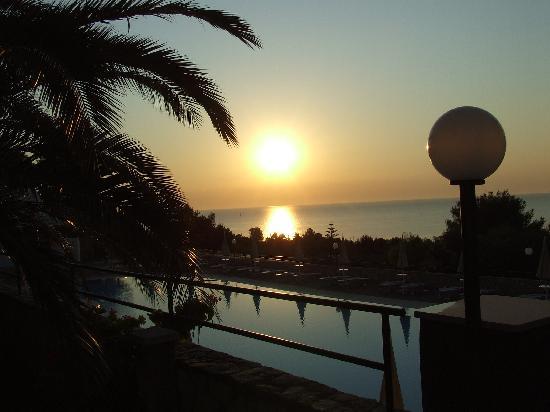 Defensola, إيطاليا: L'alba dal giardino della piscina
