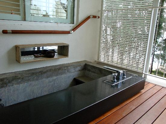 Lone Pine Hotel: Outdoor plunge pool/bath tub