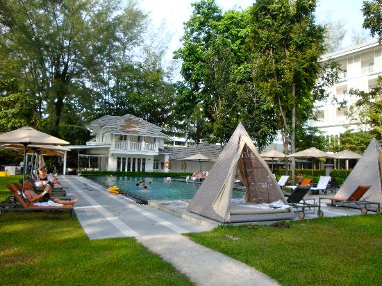 Lone Pine Hotel: The pool with the bungalow restaurant in the background