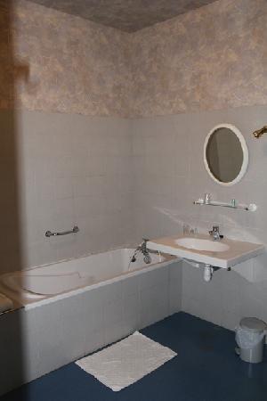 Logis Aux Maisons : la alle de bains très spartiate
