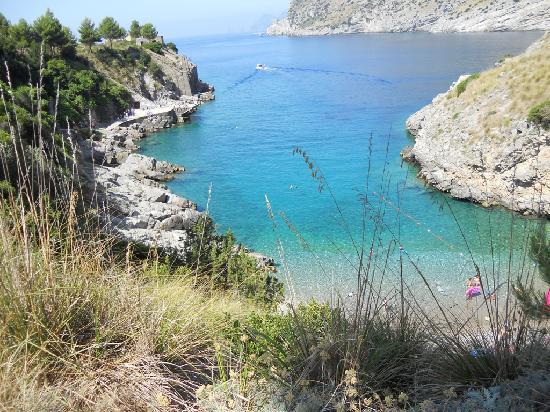 Massa Lubrense, Italia: La spiaggia vista dal sentiero