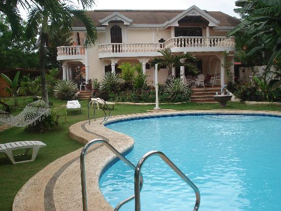 Flower Garden Resort: Swimming pool & owners accomodation