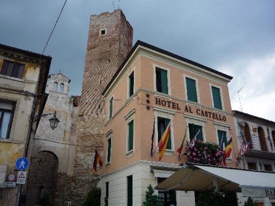 Hotel Al Castello : Hotelansicht, unser Zimmer links oben