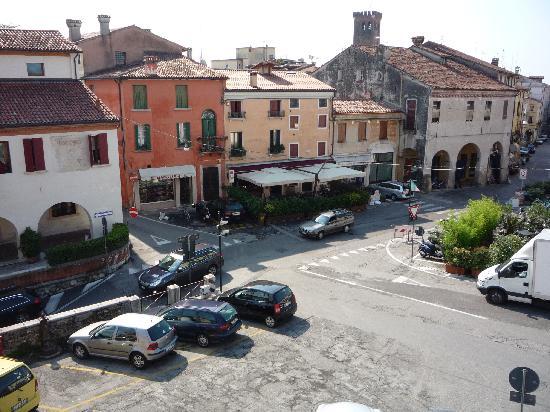 Hotel Al Castello : Blick aus dem Zimmer auf den Platz