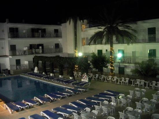 Eix Alcudia Hotel - Adults Only: Around the pool in the evening