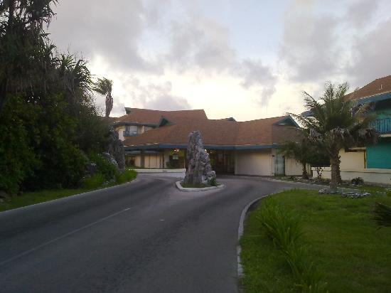 Nauru: Driveway to drop-off area