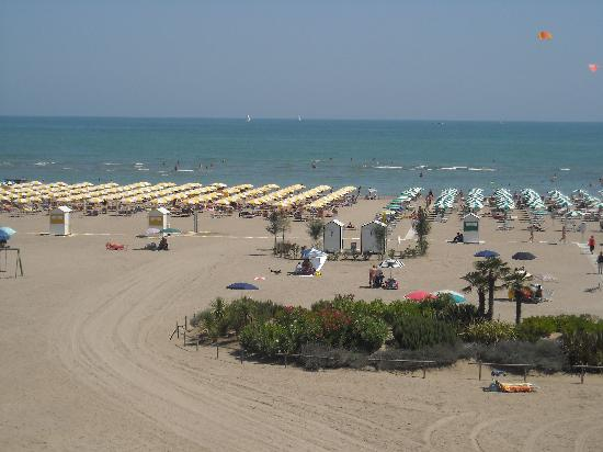 Hotel Eden: La spiaggia davanti al hotel