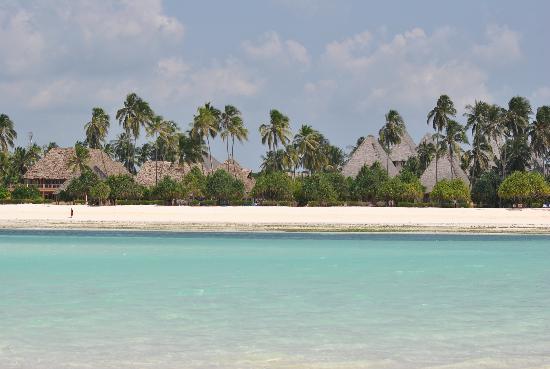 Neptune Pwani Beach Resort & Spa: l'hotel visto dalla lingua di sabbia con la bassa marea