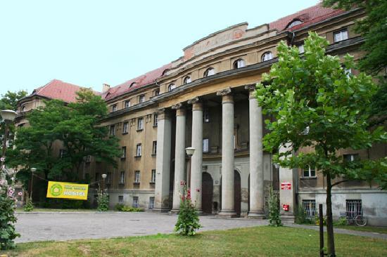 Dizzy Daisy Poznan Hostel: Building
