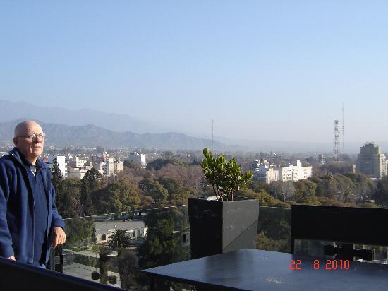 Premium Tower Suites Mendoza: Vista de la terraza donde se encuentra el salon desayunador