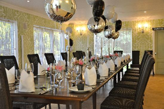 Bryn Tanat Hall : Table decorated for dinner