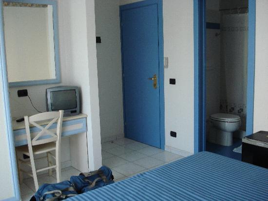Hotel Residence Mediterraneo : Scrivania e ingresso della camera matrimoniale