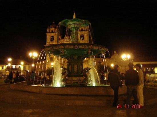 Hostal El Peregrino: Plaza a la noche
