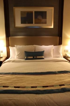 Courtyard by Marriott Seoul Times Square: king sized bed