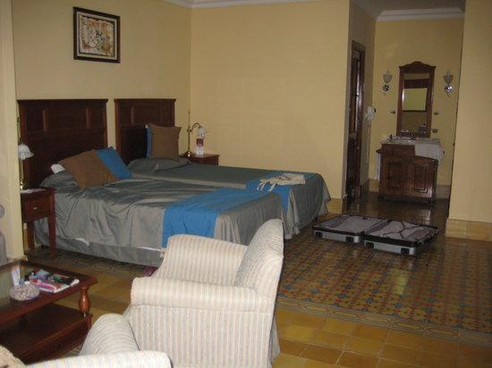 Armadores de Santander Hotel: 初日の部屋は窓は無いけど広かった