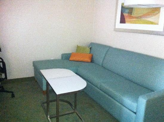 SpringHill Suites Louisville Downtown: Seating area in room 213
