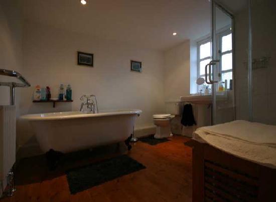 Lake Farmhouse: Guest Bathroom