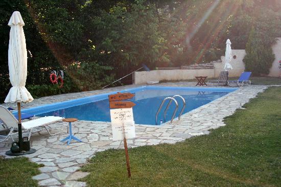 Country Hotel Triantafillies: Triantafilies-pool area