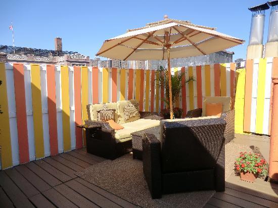 Colonial House Inn: La terrasse, toute neuve, juste repeinte, très agréable!