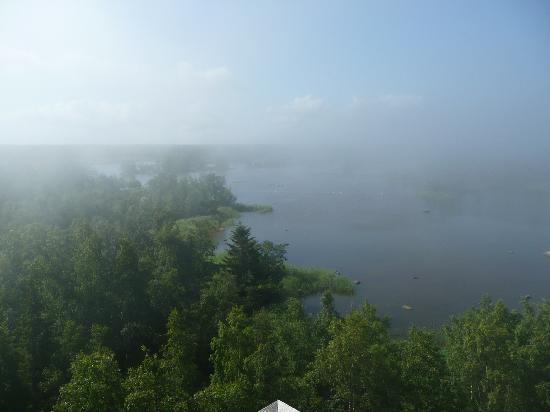 Merenkurkun Saaristo: nebelbank auf dem meer und sonnig an land
